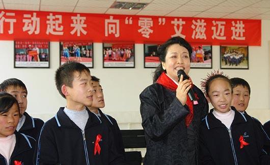 彭丽媛致信全国唯一艾滋病患者学校学生,信尾落款彭妈妈