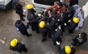 2016年1月12日,上海西藏南路300号,黄埔法院依法对某服饰公司进行强制迁出工作,现场该公司法定代表人亲属情绪激动,不愿迁出,执行人员迅速将其带离现场,其他人员也在劝说下自行离开。 澎湃新闻记者 朱伟辉 图