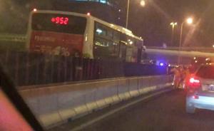 上海公交车高架车祸:司机不听劝逆行七公里,有两路口可纠错