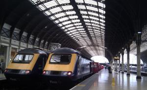 英国火车票有多贵?一小伙乘机出境再转机回伦敦,也不坐火车
