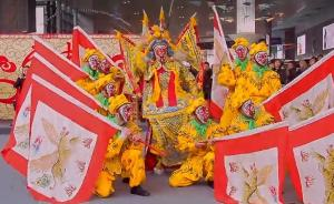 """""""美猴王""""现身虹桥机场上演京剧武戏,与旅客同迎猴年新春"""