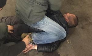 出狱5个月重操旧业,上海一男子持刀抢劫便利店