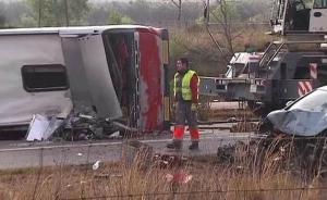 西班牙一载有外国学生的旅游巴士发生车祸,致14死43伤