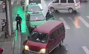 安徽一女孩卷入面包车底,十余市民抬车48秒救人