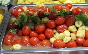 武汉一高校食堂推广水果菜,包括西瓜炒肉丝、火龙果炒火腿肠