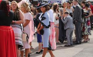 当地时间2016年4月8日,英国安特里,英国赛马节拉开序幕,观众身着各式服装出席。视觉中国 图