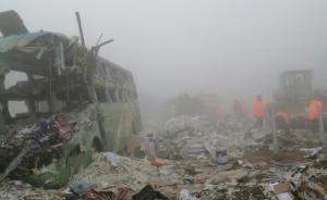 沈海高速今晨一辆长途卧铺客车与两货车相撞,已致8死17伤