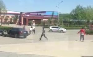 河北辛集两帮人驾车互撞后持刀追砍,警方:系债务纠纷1人伤