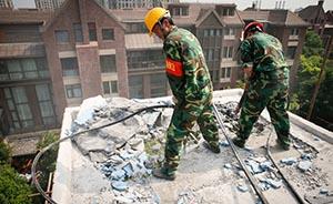 上海一小区违建业主扔酒瓶砖头暴力抗拆,对峙12小时后妥协