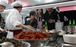 """华东师大夜排档开张:选""""厨神""""轮流值班,小龙虾28元一斤"""