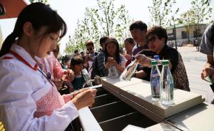 上海迪士尼小镇未营业便迎大客流,五一假期首日大批游客尝鲜