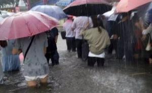 直击广州暴雨:地铁现瀑布、公交车内成河,部分路段积水过腰