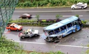 重庆G65包茂高速发生多车追尾事故,已致5死26伤