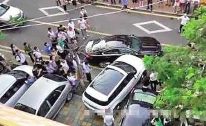 厦门女司机开路虎猛撞挡路捷豹围观者叫好,警方刑拘肇事者