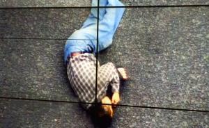 四川南充一协警为吐血晕倒男子搬伞遮雨,守候等待120救援