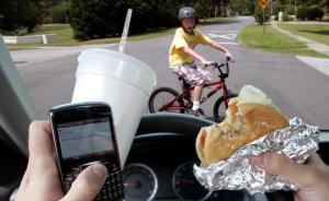如何避免开车时玩手机?看看行为经济学怎么说