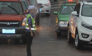 四川一95后女交警暴雨中赤脚执勤:鞋子被浸泡易打滑就脱了