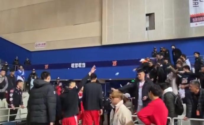 上海男籃:投擲雜物球迷列入黑名單,公安已行政警告處罰