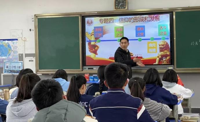 贵州一副校长用自身经历激励学生:睡猪圈捡垃圾,背疯娘求学