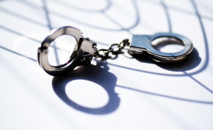 湖北潜江警方:一男子在小区门口停车场蒙面持刀抢劫,被刑拘