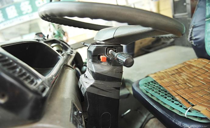 電動車逆行險與公交碰撞,駕駛人對公交司機勒脖搶方向盤獲刑