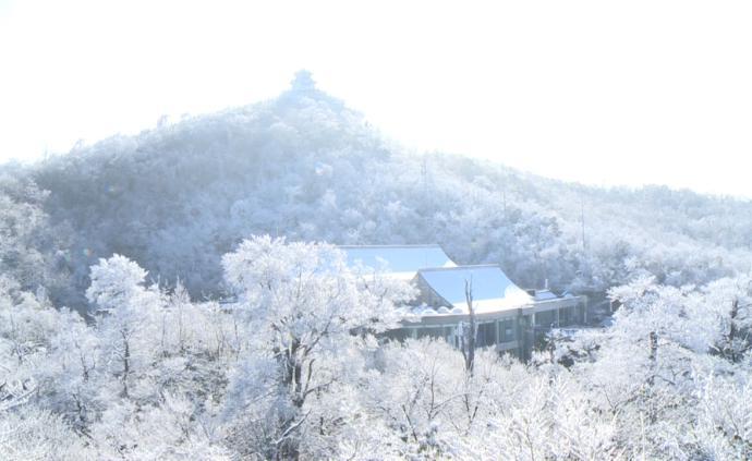 天門山迎入冬首場降雪,山頂現霧凇云海