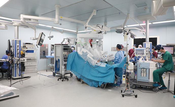 机器人们在上海的医院里做手术、消毒、导诊、送药……