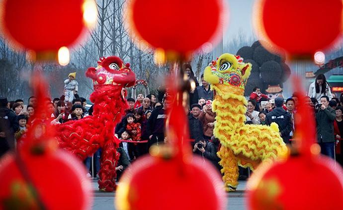 """中青报刊文:年轻人的""""跨年""""与春节是节日的两面"""