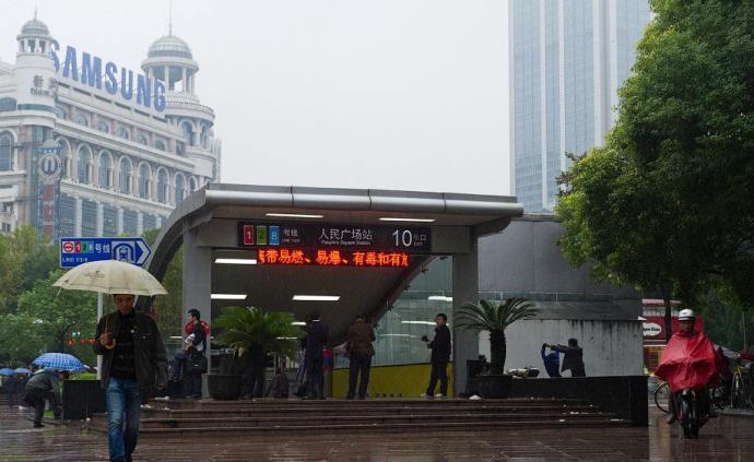 上海两会快评丨我家门口的地铁里,有这座城市的温度