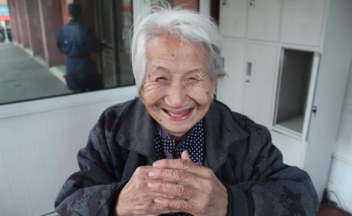 暖闻|大连消防员给孤寡老人送饭三年:我把她当亲奶奶对待