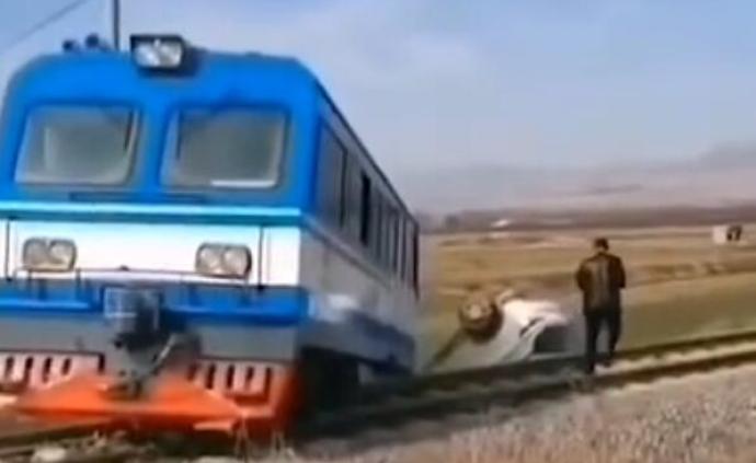 陕西蒲城:轿车与轨道车在铁路专用线交叉口相撞,致1死3伤