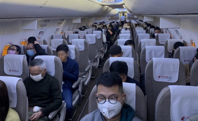 1月22日,国家卫健委健康医政医管局负责人焦雅辉在国新办新闻发布会上提示公众,要做好个人防护和个人的卫生,建议一定要戴口罩,提倡口罩文明。1月21日晚,由北京飞往武汉的航班上,多数乘客全程戴上口罩。据北京机场工作人员介绍,当班飞机机型可乘坐160人,售出客票近90张。