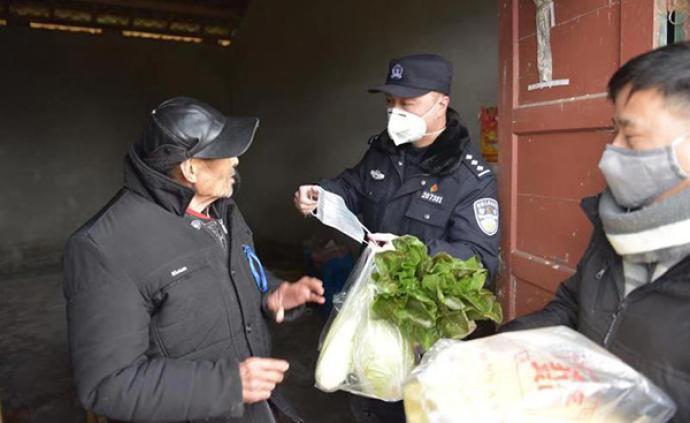 孤寡老人疫期為省錢常外出買菜,民警接力村干部為老人當菜籃