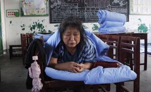 2016年7月3号,湖北武汉,戴青花在灾民安置区——一所学校教室——休息。她的家在新洲区凤凰镇,暴雨已经把她家淹没,因为走的着急,家里的40万借条没来得及拿。戴青花说到这事忍不住哭了起来。  本文图片均为 澎湃新闻见习记者 韦毅 图