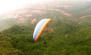 长沙一滑翔伞失控坠落景区停车场,致3人受伤4车受损