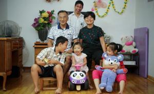 """江怀志和宋英武""""一家""""六口。这是一个再普通不过的家,有爸爸,有妈妈,有兄弟姐妹,有爱又温馨。但是它和普通家庭有一点不一样,这是一个组建的模拟家庭,里面的孩子们是来自福利院的孤儿,爸爸妈妈是社会上招募的代养父母。 本文图片 视觉中国"""