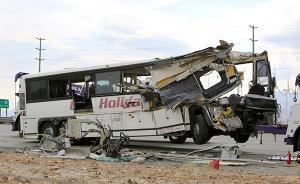 美国加州一旅行大巴高速路与卡车相撞,已致13死多伤