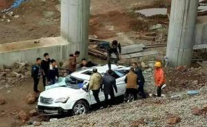 四川一女司机倒车直接从8米高架桥坠落,意识清醒被送医救治