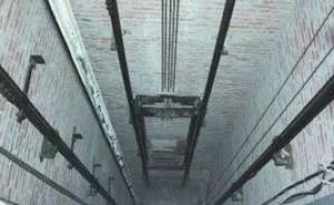 南京一电梯32层坠落两维修工死里逃生,医生直呼奇迹
