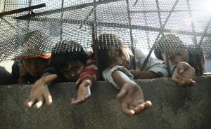 当地时间2016年12月5日,缅甸木姐,几名战乱中的儿童在中缅边境线向路人乞讨。自11月20日,缅甸北方少数民族地方武装与政府军发生军事冲突后,数万缅北难民过着颠沛流离的生活。多年来,缅北战火时断时续,缅甸政府一直未能与民地武实现真正意义上的全面停火。本文图片 柳涛/视觉中国 图