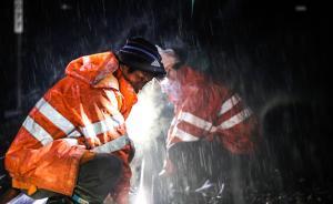 1月18日凌晨,江西省抚州市南丰县,南昌铁路局南昌工务段的工人冒雨检修铁轨。春运以来,为应对频繁的降雨,南昌铁路局南昌工务段加强对铁轨等设备的巡查和检修,保障春运列车行驶安全。 新华社 图
