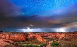 2017年1月18日,美国摄影师Klaus Priebe拍摄了一组夜空美景照。画面中星光熠熠的银河与壮丽的地貌风光相互衬托,美丽的银河在可怕的风暴之上出现显得分外光彩夺目,震撼美景令人沉醉。东方IC 图