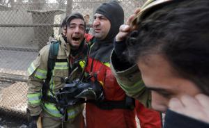 现场参与救援的消防人员看到大楼突然倒塌悲痛欲绝。 视觉中国 图