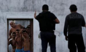 当地时间2017年1月23日,巴西纳塔尔,Alcacuz监狱再次发生暴动,囚犯和警察对峙。今年年初至今,巴西发生多起由于犯罪集团不同派系争斗而导致的监狱暴动,并造成100多人死亡。 视觉中国 图
