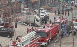 郑州南曹火灾现场记者被打,官方:遭围观群众阻拦起肢体冲突