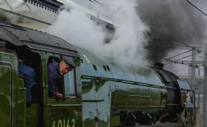 时隔50年,英国铁路线上再次运行蒸汽火车