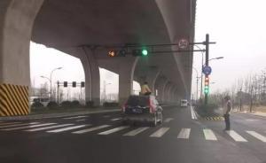 杭州萧山一男子盘腿坐在行驶轿车车顶,车速保持在四五十码