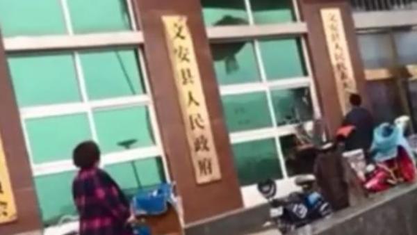 河北文安一男子酒后砸毁县政府大楼13块玻璃,已被刑拘