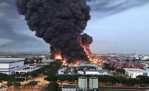 2017年2月23日,新加坡,大士工业区一废物处理厂发生大火。据媒体报道,该处理厂存放有大量化学废物和危险物品。火灾发生后,新加坡民防部出动200名消防员和38辆消防车参与救火。一名消防员因吸入浓烟被送往医院,此外没有人员伤亡报道。东方IC 图