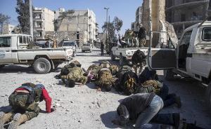"""2017年2月23日,叙利亚阿尔巴布,叙利亚自由军在""""幼发拉底河之盾""""行动中从""""伊斯兰国""""手中夺回阿尔巴布中心地区,士兵们跪地庆祝。视觉中国 图"""